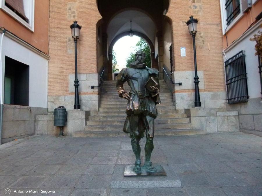 Estatua de Cervantes bajo el Arco de la Sangre de Toledo